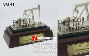Souvenir Miniatur Pompa Angguk Pertamina EP Asset 2