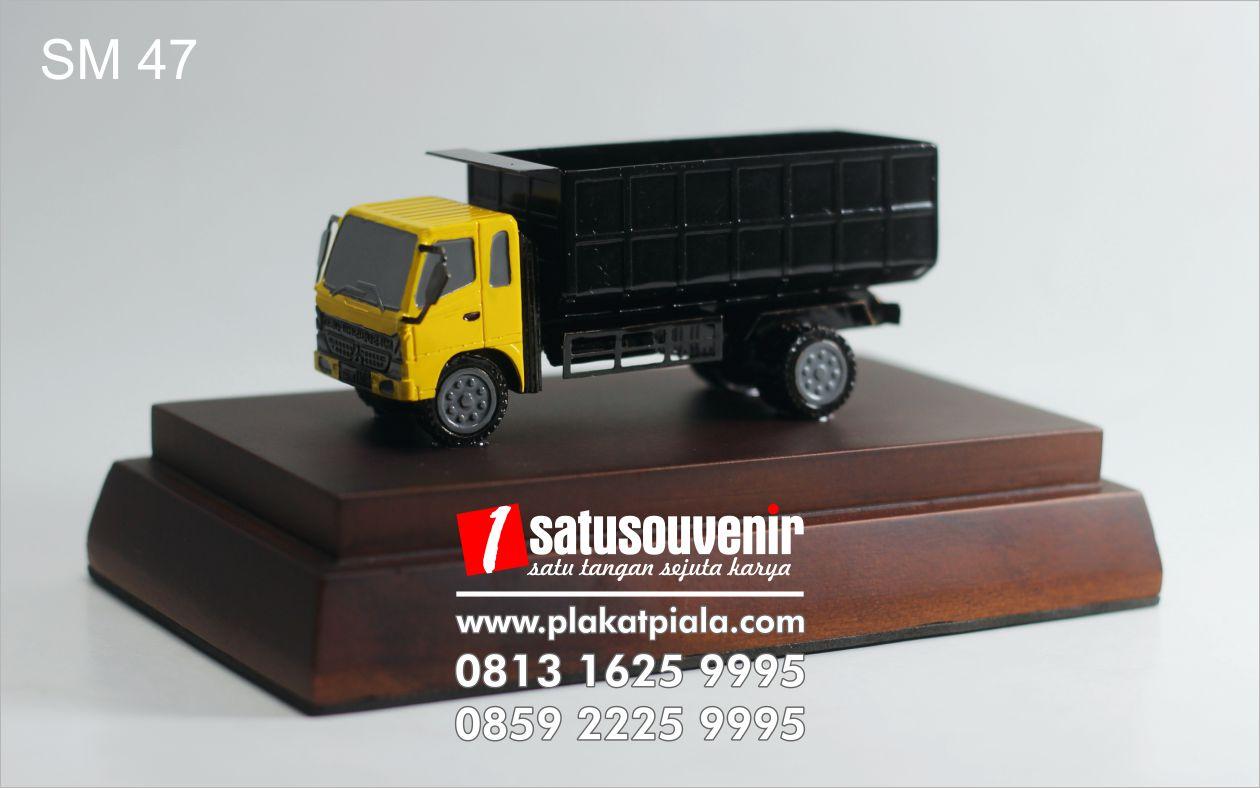 souvenir miniatur truk eksklusif