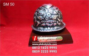 Souvenir Miniatur Helm SKK Migas Eksklusif