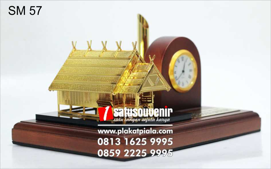 souvenir miniatur rumah adat jam meja