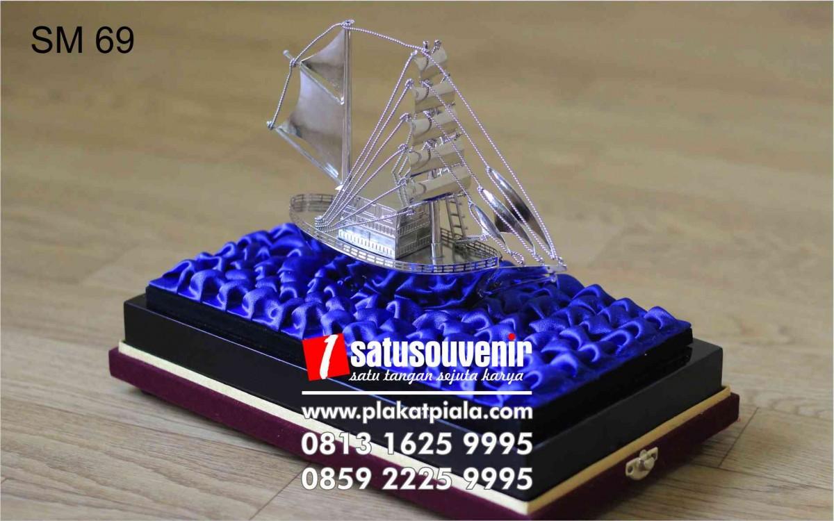 Souvenir Miniatur Kapal Eksklusif Dan Elegan